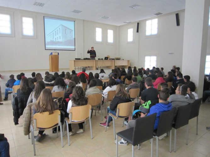 8o-Γυμνάσιο-Κοζάνης-στην-αίθουσα-εκδηλώσεων-667x500.jpg